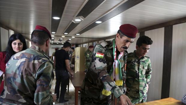 Miembros de las Fuerzas de Seguridad kurdas votan durante la celebración del referéndum de independencia del Kurdistán en un colegio electoral de Erbil, al norte de Irak,