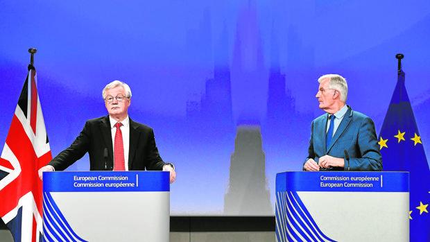 El ministro para el Brexit, David Davis (izda.), y el jefe negociador de la UE, Michel Barnier, hoy en Bruselas