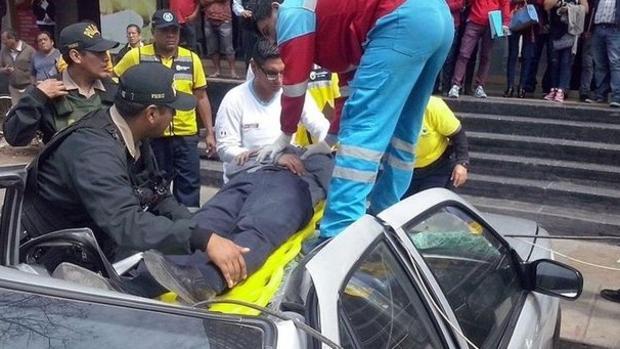 El hombre de 46 sobrevivió tras caer desde un 18 piso e impactar contra un taxi