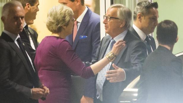 Theresa May se despide de Jean-Claude Juncker, tras su «cena informal» este lunes en Bruselas