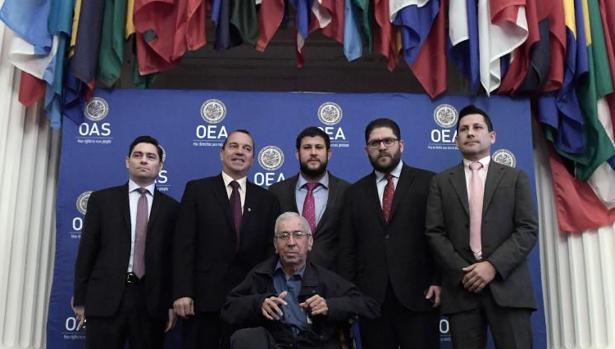 De izquierda a derecha, Carlos Vecchio, Omar Lares, David Smolansky, Gustavo Marcano, Warner Jiménez y el exdiputado de la Asamblea Nacional Walter Márquez (sentado), este martes en la sede de la OEA, en Washington