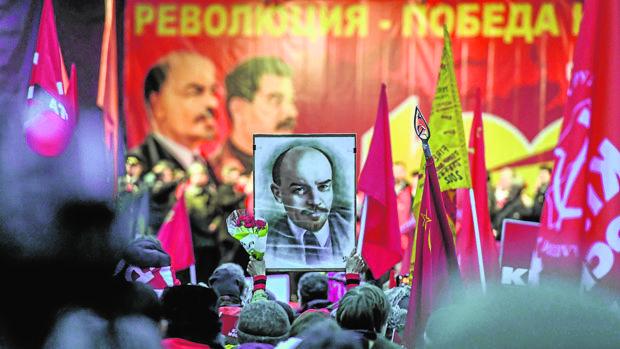 Cientos de comunistas salieron ayer a las calles de Moscú con banderas rojas y retratos de Vladímir Lenin