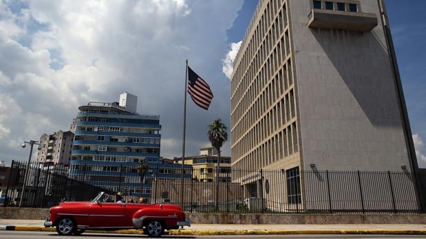 Un coche clásico pasa frente a la Embajada de EE.UU. en La Habana, en una imagen de archivo