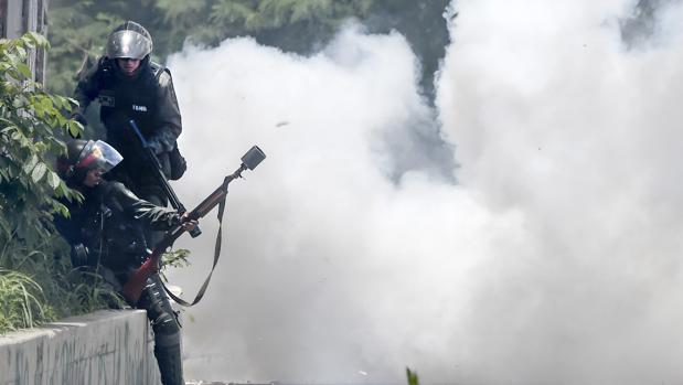 Agentes de las fuerzas bolivarianas, durante una protesta opositora el pasado julio
