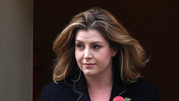Penny Mordaunt, a la salida de la sede del Gobierno británico