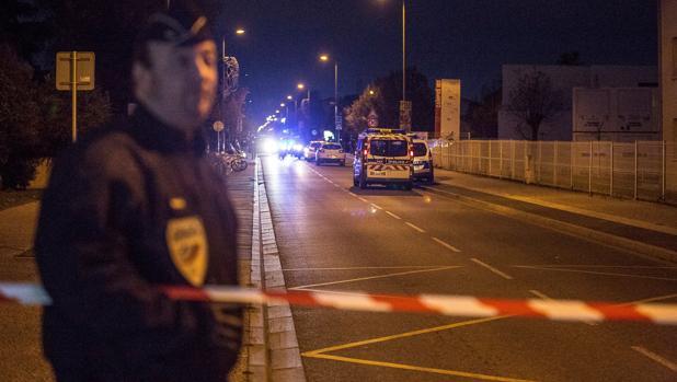 La Policía monta guardia en las inmediaciones del instituto Sain-Exupéry, en Blanac, cerca de Toulouse