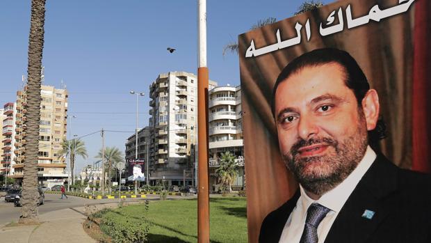 Cartel del dimitido primer ministro libanés, Saad Hariri, en la ciudad de Trípoli, con la frase «Dios te protege»