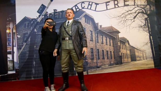 Una visitante se fotografía con la figura de Hitler que el museo de Yogyakarta (Indonesia) ha decidido retirar