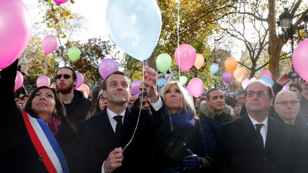 De izquierda a derecha, la alcaldesa de París, Anne Hidalgo; el presidente de Francia, Emmanuel Macron; su esposa Brigitte, y el expresidente de la República François Hollande, en el homenaje a las víctimas de los atentados