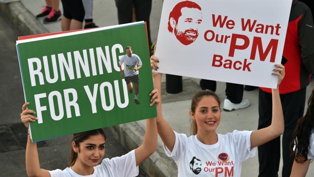 Dos participantes en la maratón de ayer en Beirut para exigir el retorno de Hariri