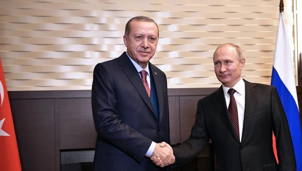 El presidente ruso, Vladímir Putin (d), saluda a su homólogo turco, Recep Tayyip Erdogan (i), durante su reunión en la residencia Bocharov Ruchei, en Sochi (Rusia)