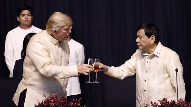 Donald Trump y Rodrigo Duterte brindan este domingo durante la cena de gala de la Asean en Manila