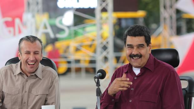 El presidente venezolano Nicolás Maduro (d) junto al vicepresidente Tareck