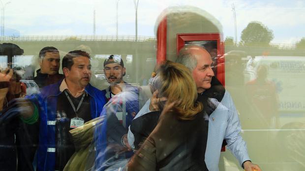 Ledezma, a su llegada al aeropuerto de Bogotá