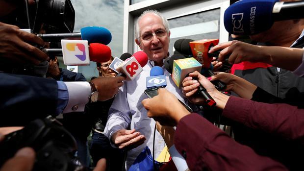 Antonio Ledezma atienda a los periodistas a su llegada a Bogotá