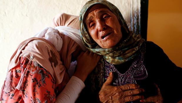 Familiares de Lakbira Essabiry, una de las quince víctimas de la estampida en Marruecos