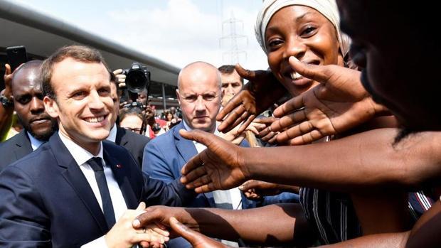 Emmanuel Macron, presidente francés, saluda a la multitud en una estación de tren de Abiyán, en el marco de la cumbre Unión Europea-Unión Africana