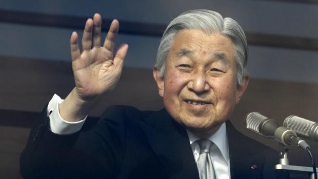 El emperador Akihito, saludando durante la celebración de su 83 cumpleaños el 23 de diciembre de 2016