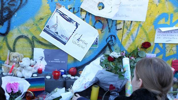 Numerosas pesonas dejaron notas, flores y juguetes, junto a la sala Bataclan, en recuerdo de las víctimas