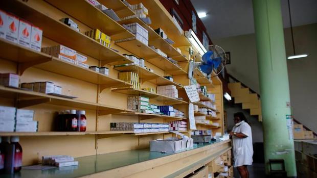 Una empleada habla por teléfono en una farmacia de La Habana, este viernes