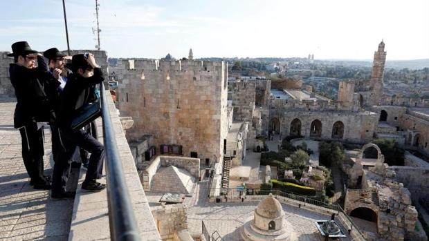 Judíos ultraortodoxos observan la Torre de David en la ciudad vieja de Jerusalén, Israel