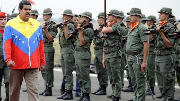 Nicolás Maduro camina frente a soldados de la Guardia Nacional en una foto de archivo