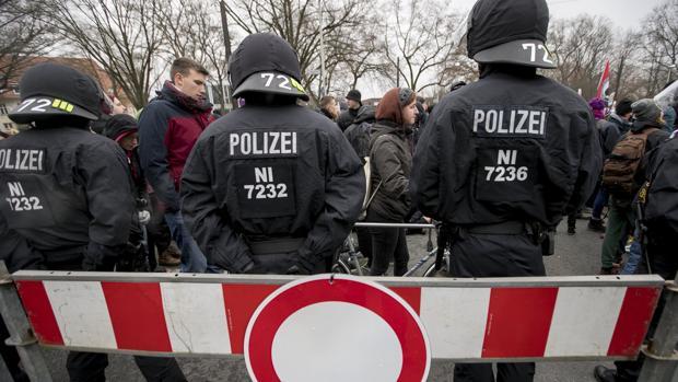La policía antidisturbios alemana monta guardia durante una protesta contra la convención de la fiesta populista de derecha alemana 'Alternativa para Alemania'