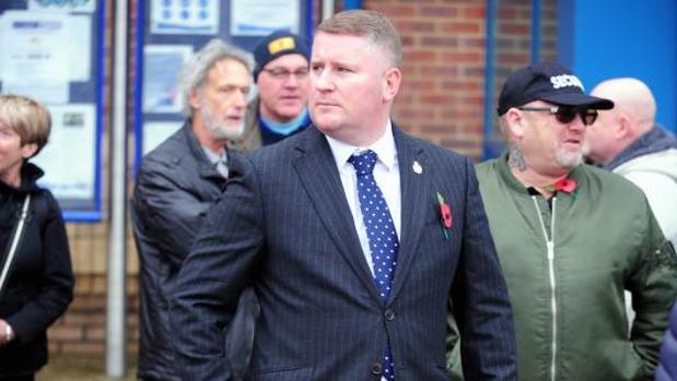 Paul Golding, durante una concentración junto a la sede de la Policía de Bromley (a las afueras de Londres), el pasado 4 de noviembre