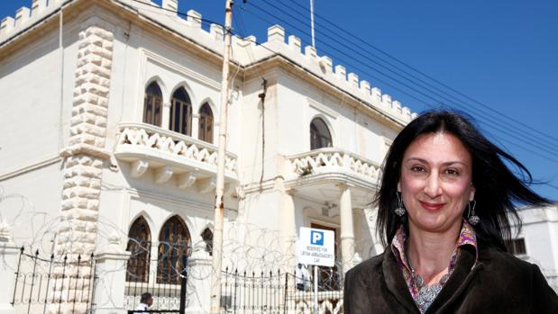 La periodista maltera Daphne Caruana, frente a la embajada libia de La Valleta