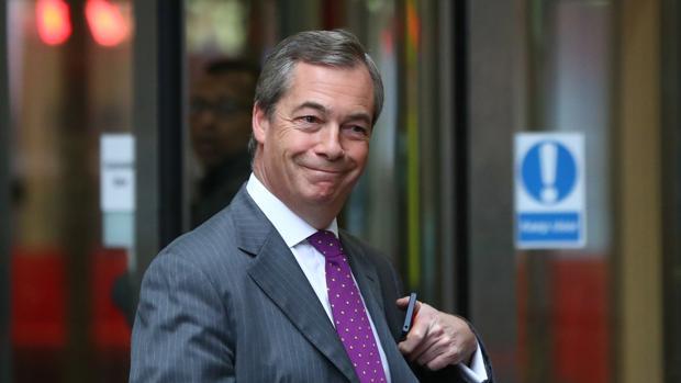 Nigel Farage, junto a la entrada de los estudios de la BBC el pasado domingo