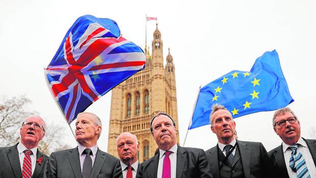 Varios parlamentarios del DUP hablan ayer con la prensa frente a Westminster