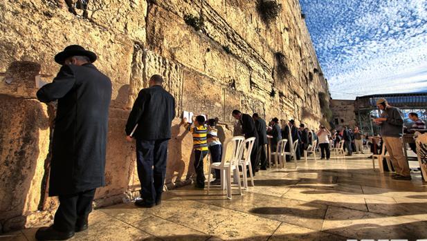 Un grupo de judíos reza en el Muro de las Lamentaciones