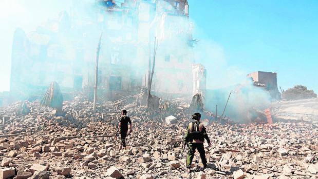 Rebeldes hutíes en Saná, tras un bombardeo de la coalición saudí