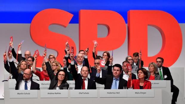 Los miembros de la junta del partido socialdemócrata SPD votan durante la reunión de hoy