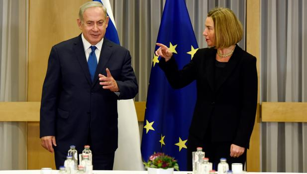 Benjamin Netanyanu y Federica Mogherini, este lunes en Bruselas