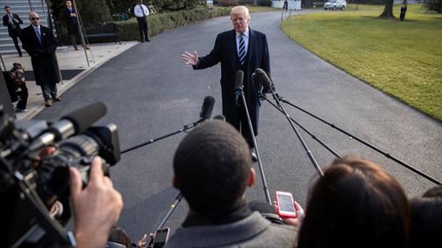 El presidente Trump habla con varios medios de comunicación