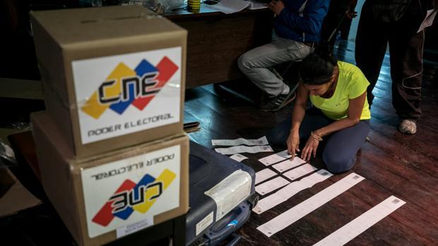 Miembros de mesa cierran y auditan un centro de votación