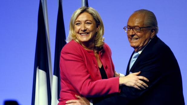 La líder del Frente Nacional, Marine Le Pen, abraza a su padre, Jean-Marie Le Pen, en un acto de campaña de las elecciones al Parlamento Europeo en Marsella en mayo de 2014