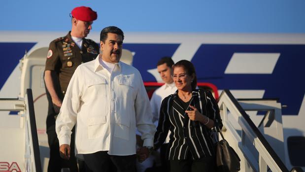 Nicolás Maduro, con su esposa, Cilia Flores, a su llegada a Cuba el pasado 14 de diciembre