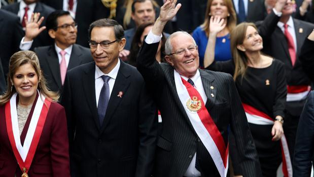 El presidente de Perú, Pedro Pablo Kuczynski, (centro imagen) junto a su posible sucesor y vicepresidente primero Martín Vizcarra