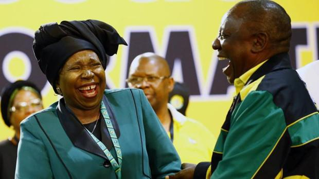 Un momento de distensión entre Cyril Ramaphosa (d) y Nkosazana Dlamini-Zuma, este sábado durante la conferencia del Congreso Nacional Africano, en Johannesburgo