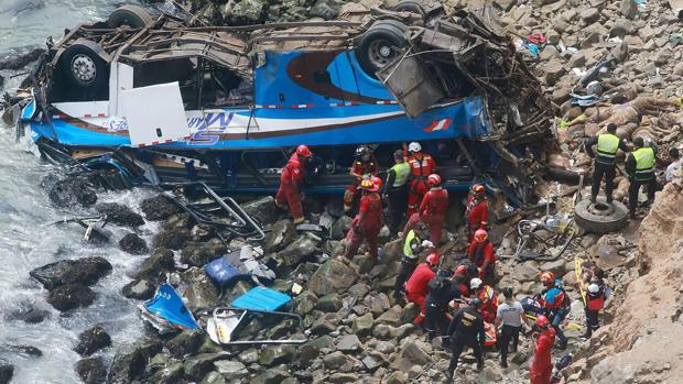 Fotografía de las labores de rescate realizadas en el autobús despeñado en Perú