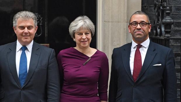 La primera ministra británica, Theresa May (centro), posa junto a los recién elegidos presidente del Partido Conservador, Brandon Lewis (izquierda), y vicepresidente del partido, James Cleverly (derecha), en el número 10 de Downing Street en Londres