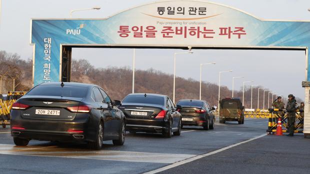 Una caravana que transporta a delegados de Corea del Sur, incluido el delegado jefe de Corea del Sur Cho Myoung-Gyon, transita el puente Tongil para entrar en el pueblo de tregua de Panmunjom