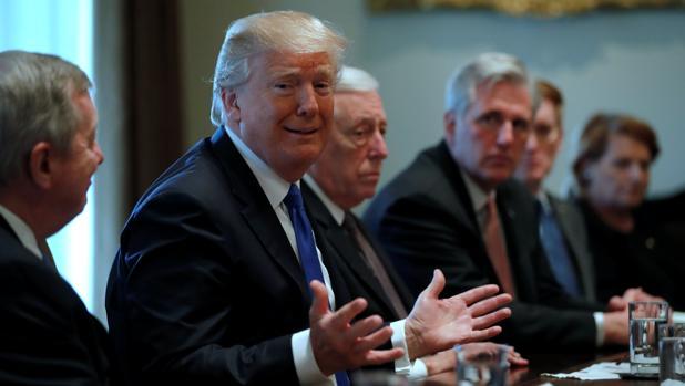 Trump, habla de la reforma migratoria con parlamentarios republicanos y demócratas en la Casa Blanca
