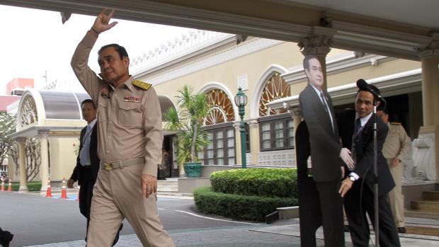 El presidente de Tailandia evita a los periodistas con una fotografía a tamaño real