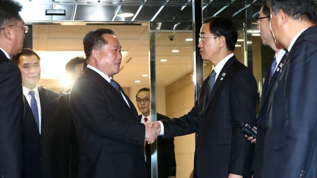El jefe de la delegación norcoreana que dirige el comité para la Reunificación Pacífica de Corea, Ri Son-gwon (3i), y su homólogo surcoreano, Cho Myoung-gyon (3d)