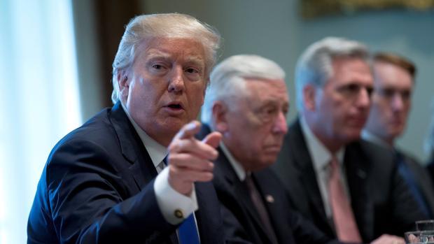 Trump, este martes en una reunión con unos 25 congresistas y senadores de ambos partidos en la Casa Blanca