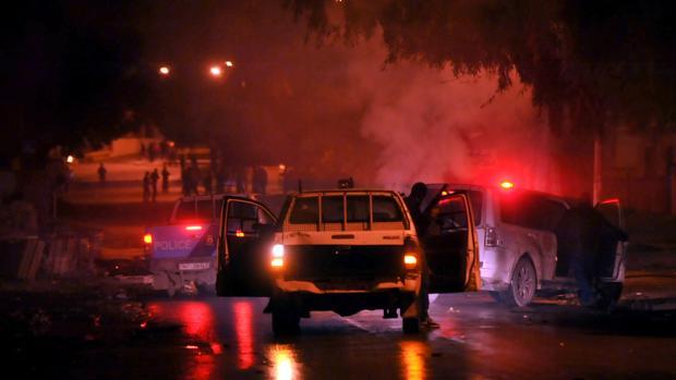 La policía tunecina rastrea a los manifestantes en el distrito de Djebel Lahmer en Túnez a primeras horas del 10 de enero de 2018 después de que las subidas de precios encendieran las protestas en el país magrebí