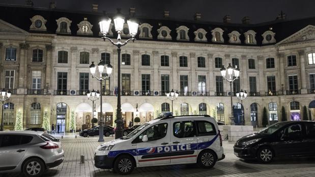 Una patrulla de la Policía permanece estacionada en frente de la entrada principal del Hotel Ritz de París tras un cuantioso robo este miércoles